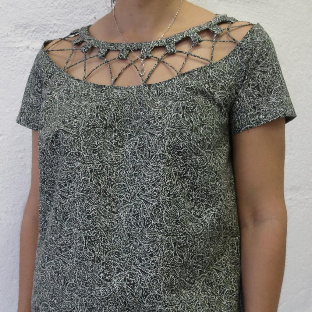 Kjole med hals detalj