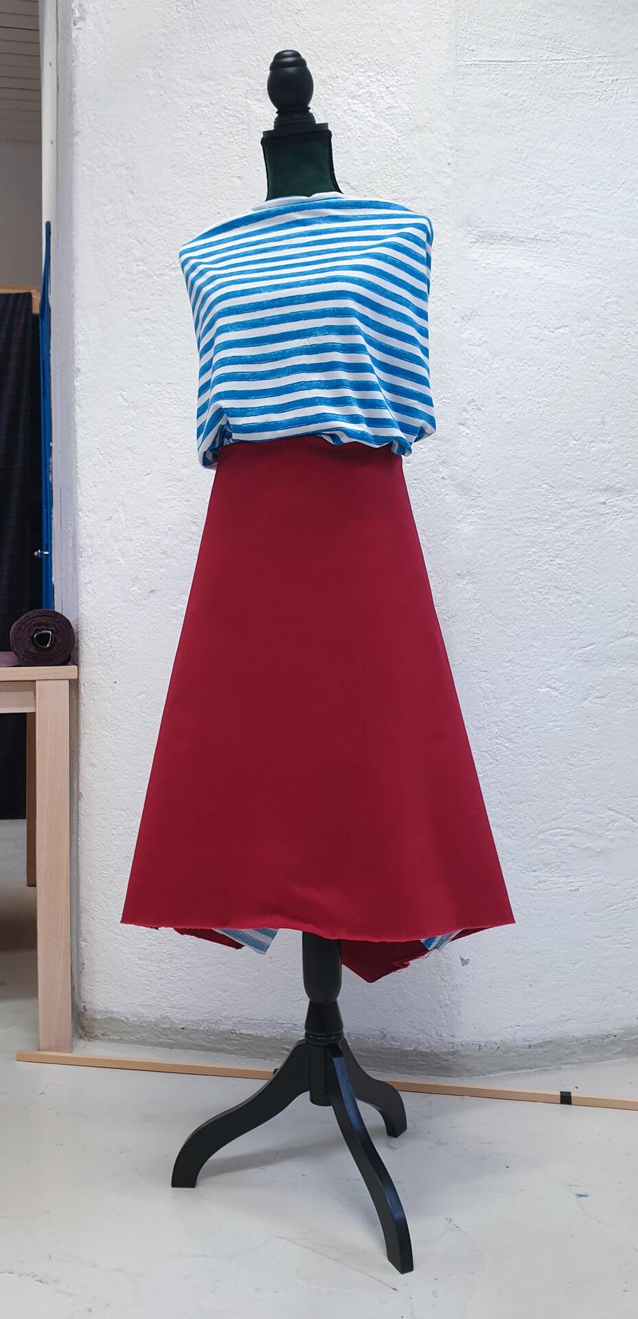 Rød stretch gabardine og stripete jersey i blått og hvitt