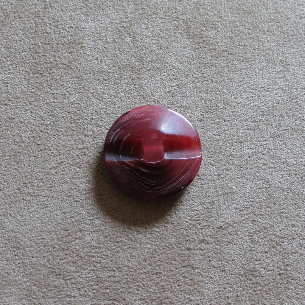 Rund halvblank knapp - Trestamme - Vinrød