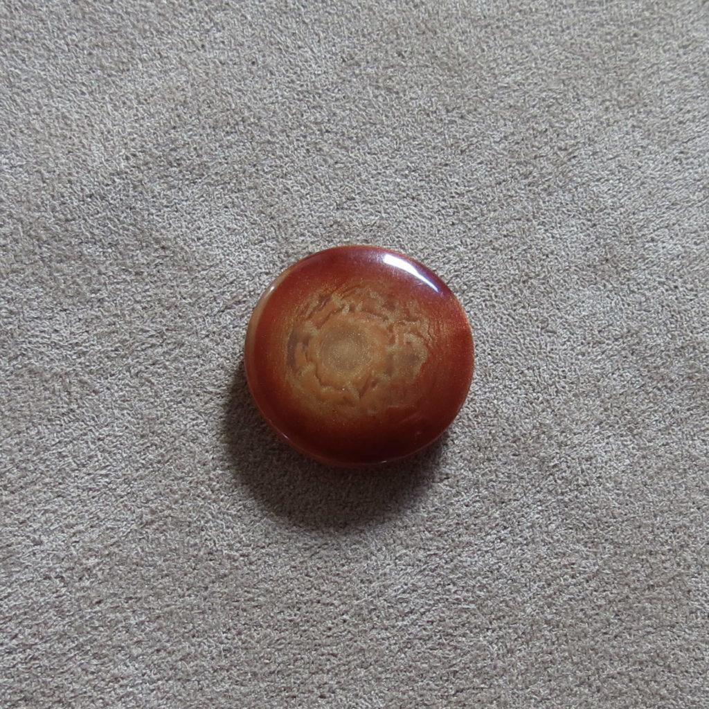 Rund halvblank knapp - Kjernen myk - Rødbrun