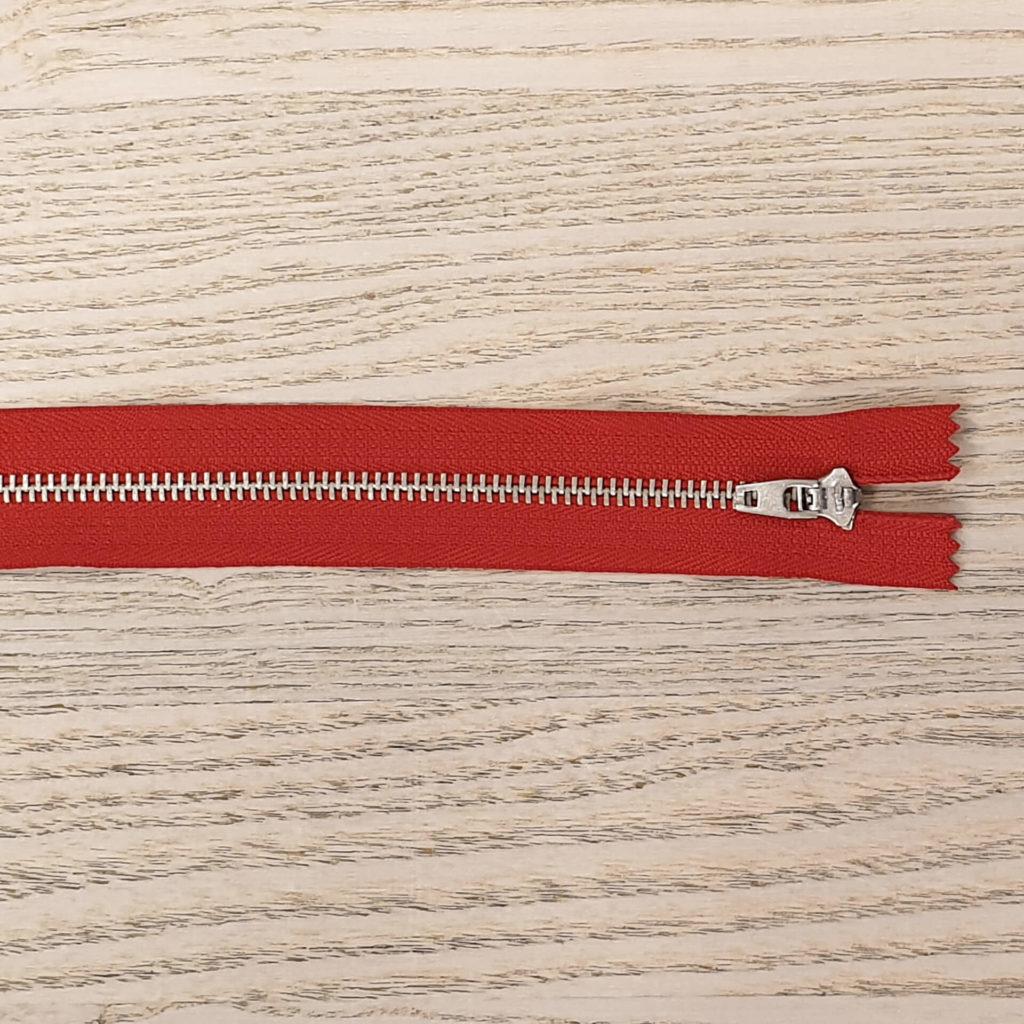 Bukseglidelås. Metall. Rød. 20cm