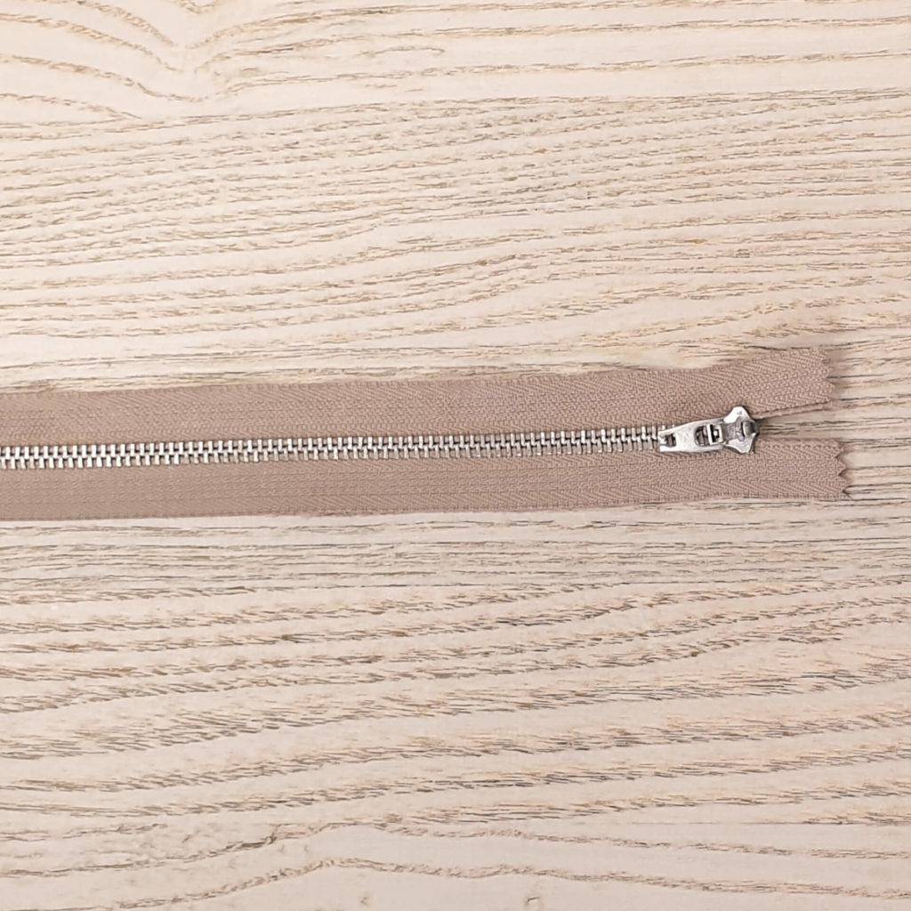 Bukseglidelås. Metall. Brun. 20cm